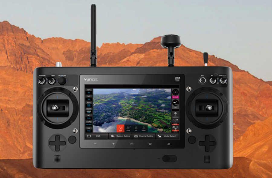 vista frontal del mando de control del drone donde se ve en la pantalla la retransmision de video del dron