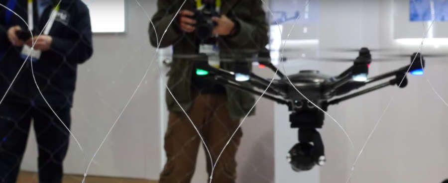 piloto controlando el drone yuneec typhoon en el interior de un local en un evento