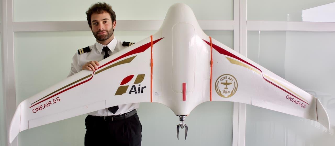 instructor de vuelo con un drone de ala fija en sus manos