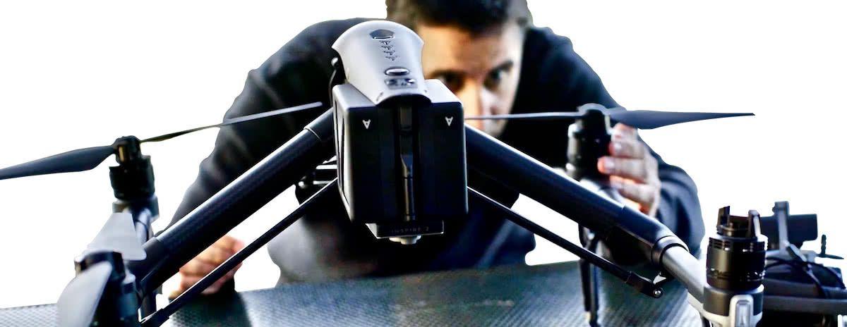 piloto de dron ajustando helices del dron dji inspire en curso de drones malaga
