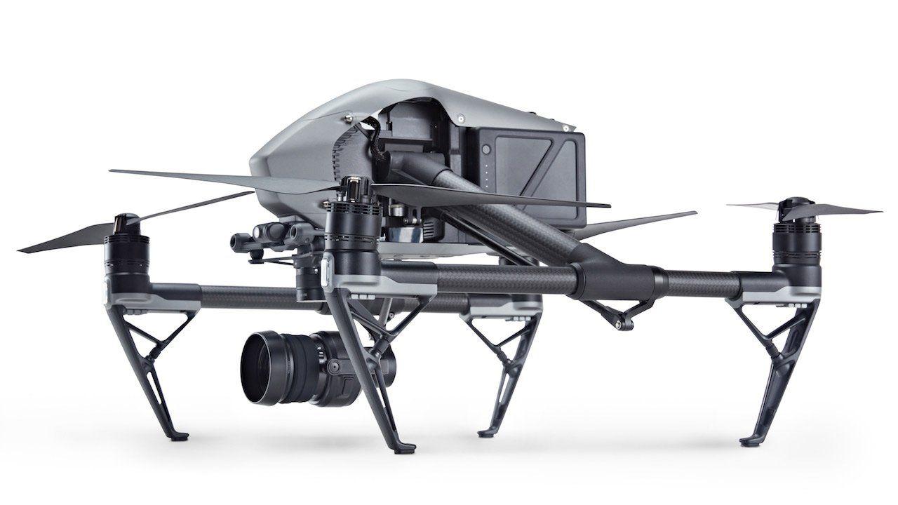 vista lateral del drone dji inspire 2 estando aterrizado