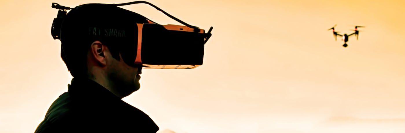 operador de drones con gafas de visualizacion del drone y al fondo drone dji inspire 2