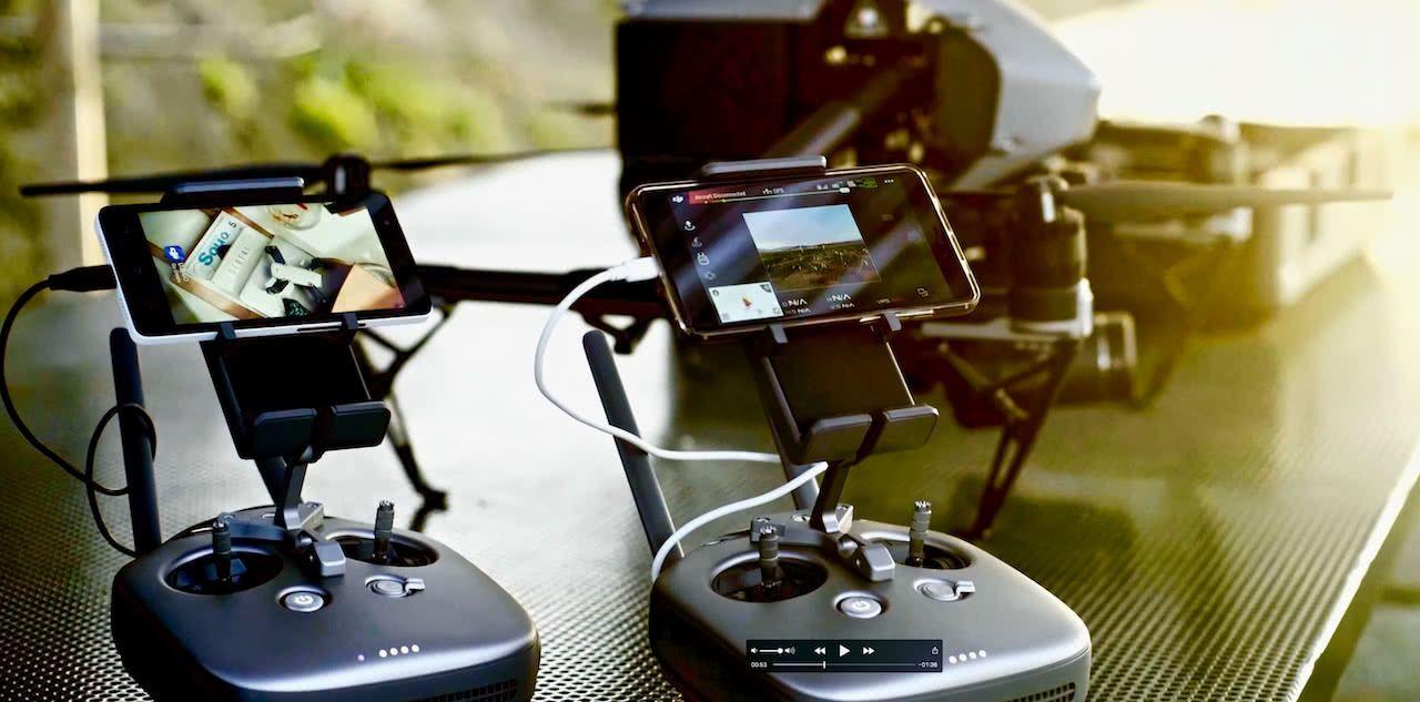 dos mandos de radio control de drones inspire dji visualizando en dos pantallas el video de los drones