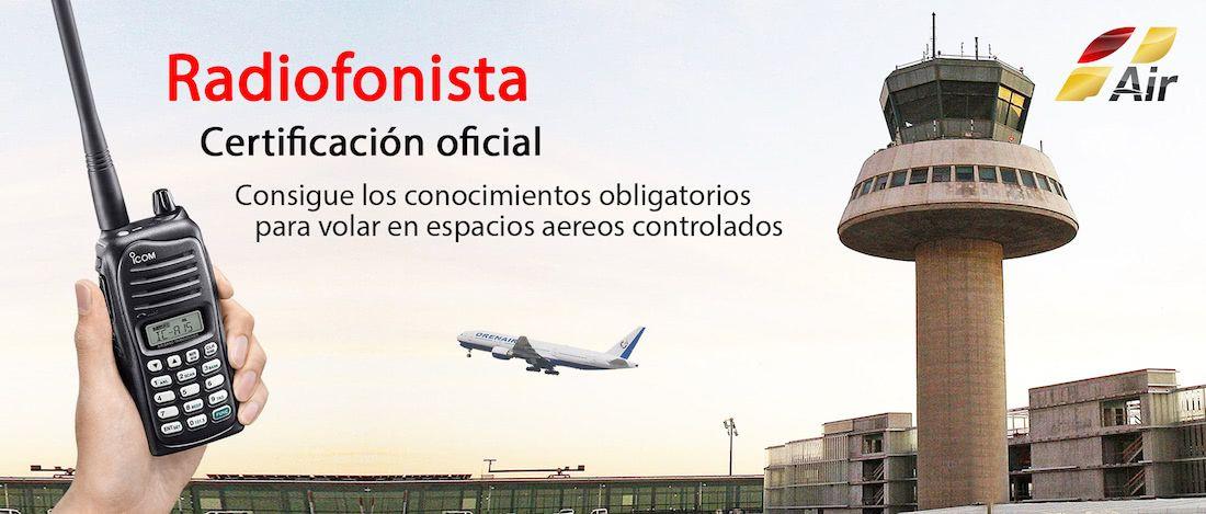 vista de una mano con una radio de comunicaciones en un aeropuerto con torre de control y un avion despegando al fondo