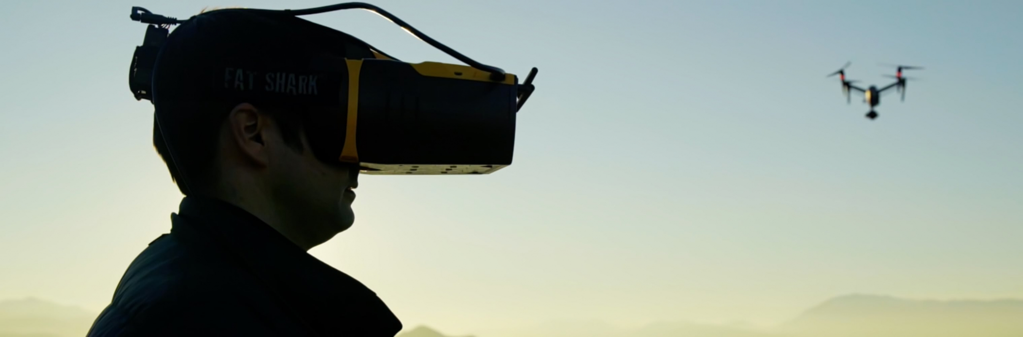 hombre con gafas para ver la imagen de un dron que esta volando