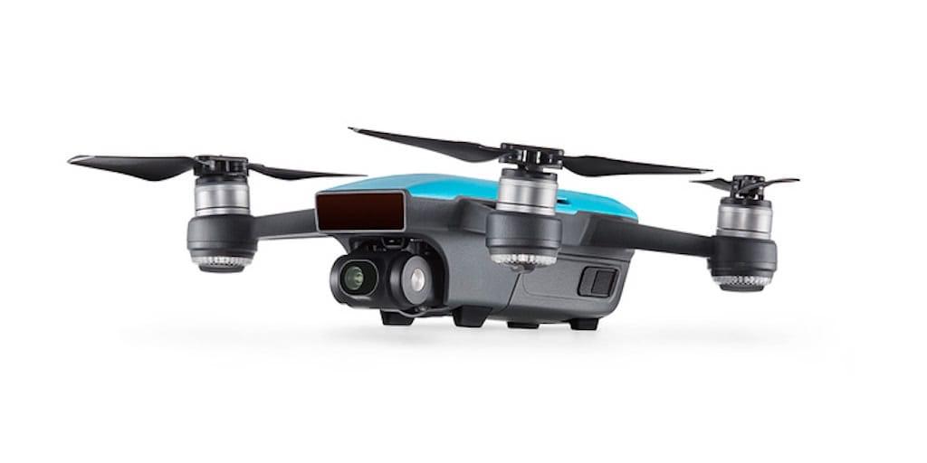 dron barato dji spark con carcasa azul sobre fondo blanco