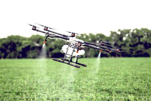 dji agras mg-1 volando para fumigar cultivos