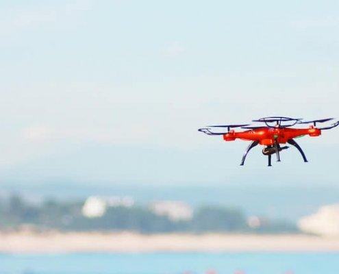 dron sobrevolando la playa