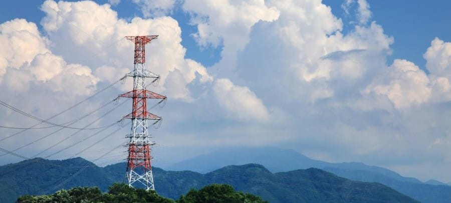 torreta de telefonia en montana con fondo de nubes