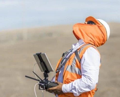 operario volando drones para trabajos de riesgo