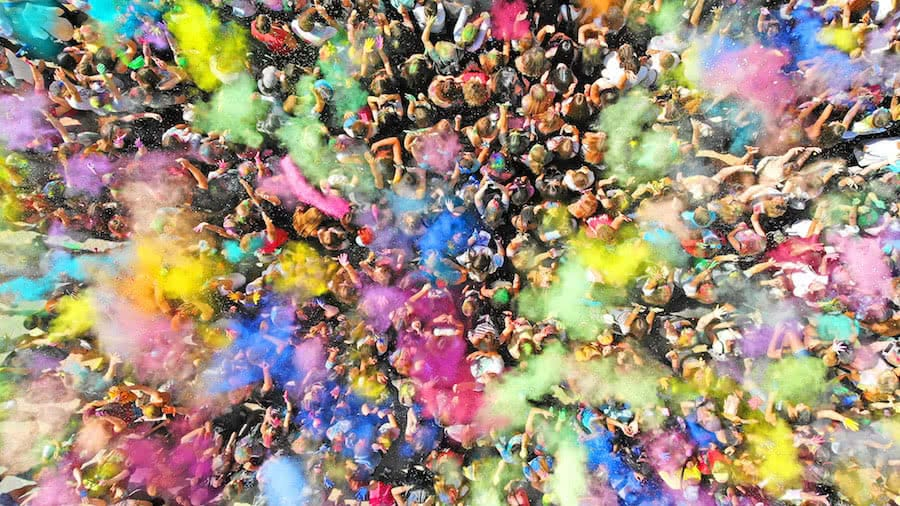 vista aerea de multitud de personas en festival holi colors
