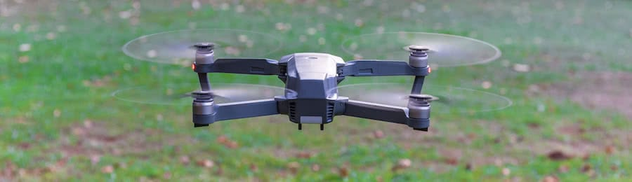dron dji mavic pro en vuelo sobre fondo de hierba