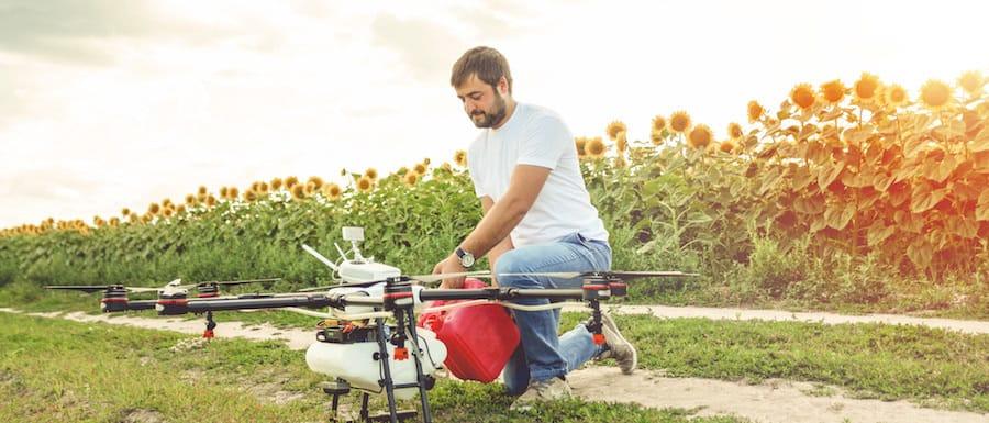 agricultor cargando liquido para fumigar plagas