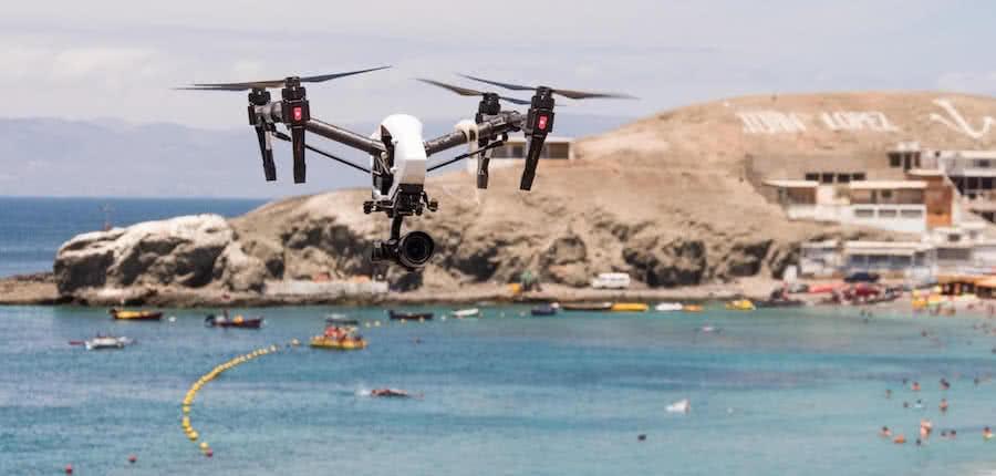 dji inspire 2 volando para vigilar las playas con drones