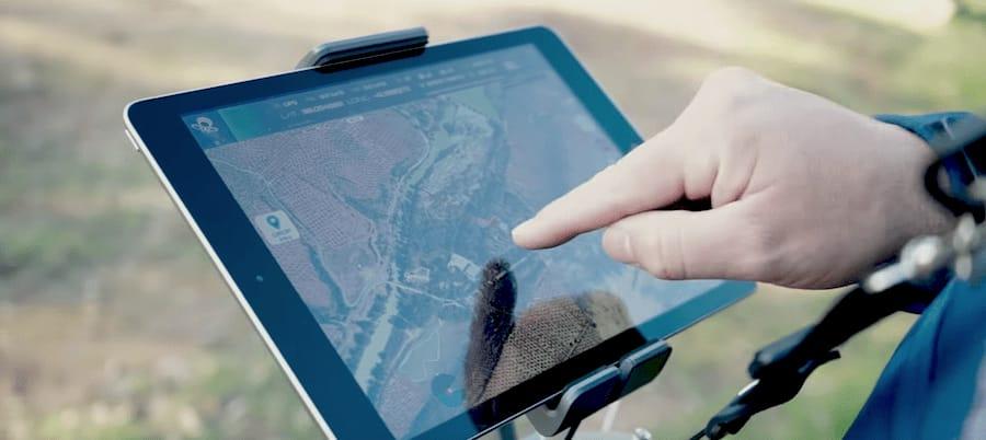 piloto de dron visualizando grabacion con ipad