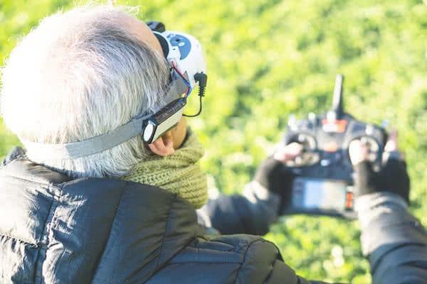agricultor volando dron para trabajo de fumigacion