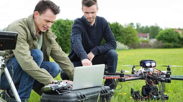 topografos preparando dron para trabajos de topografia
