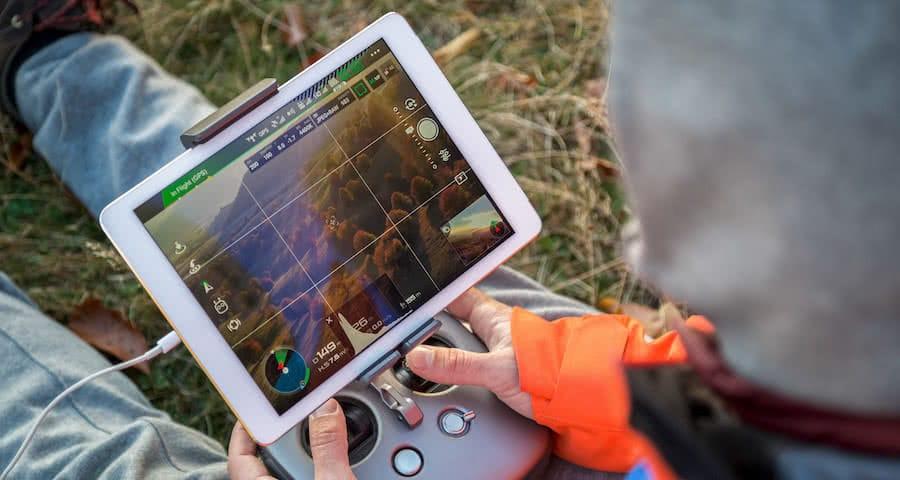 vista detalle de emisora de dron con pantalla para vigilancia forestal