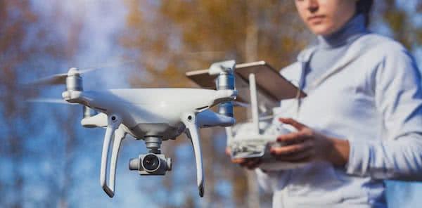 piloto de drones volando dji phantom 4 pro en el bosque
