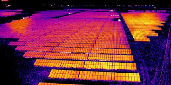 imagen termica desde dron de central de placas solares en inspeccion con drones