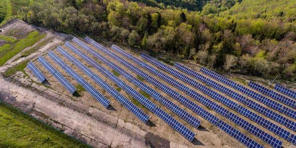 campo solar inspeccionado con drones desde el aire