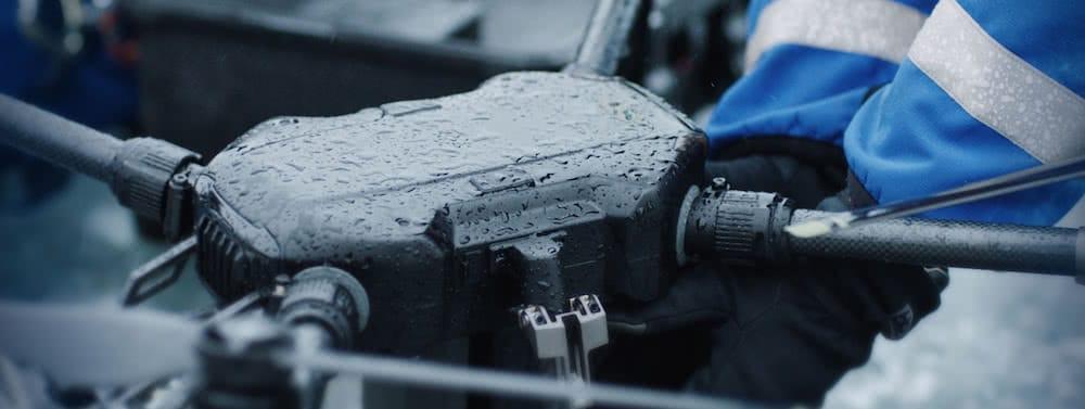 vista detalle de manos sujetando dron dji matrice mojado