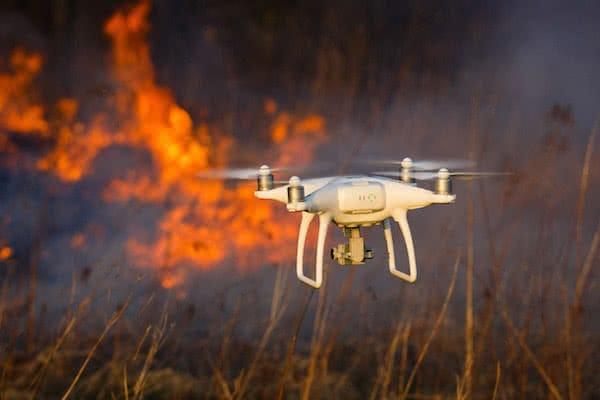 dron dji phantom 4 pro volando entre llamas de incendio forestal