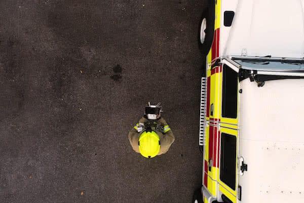 bombero volando dron para el servicio de extincion de incendios con drones